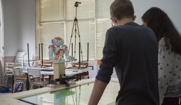 students-playing-with-robotic-tutor-woz-experience